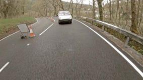 Auto, das in den Regen auf Waliser-Straßen - Vereinigtes Königreich folgt stock video
