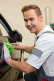 Auto, das den Spezialisten schneidet Klebefolie oder Film mit einem Kastenschneider einwickelt Stockfoto