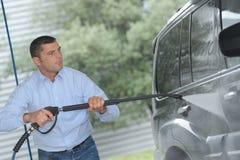 Auto, das in der Garage gewaschen wird Lizenzfreies Stockbild