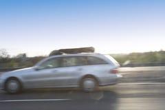 Auto, das an der großen Geschwindigkeit überschreitet Stockbilder
