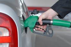 Auto, das an der Tankstelle tankt Lizenzfreies Stockfoto