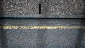 Auto, das eine regnerische Straße kreuzt stock footage