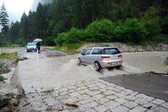 Auto, das eine Straße überschwemmt kreuzt Stockfotos