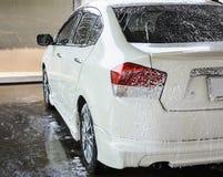 Auto, das eine Wäsche mit Seife erhält Stockfotografie