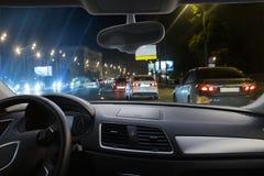 Auto, das Landstraße nachts weitergeht Stockbilder