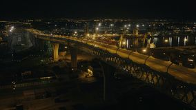 Auto, das mehrstufige Nachtlandstraße entlang Baustelle im Seehafen weitergeht stock video footage