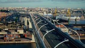 Auto, das mehrstufige Straßenbrücke über Industriebauten und Werft weitergeht stock video footage