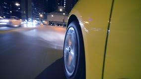 Auto, das nachts in Chicago beschleunigt stock video