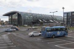 Auto, das nahe Bahnhof in Adler, Sochi, Krasnodar-Region, Russland parkt Lizenzfreies Stockbild
