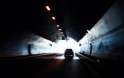 Auto, das sich heraus vom Straßentunnel bewegt Stockbild