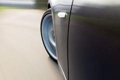 Auto, das sich nach links mit Drehzahl dreht Lizenzfreies Stockbild
