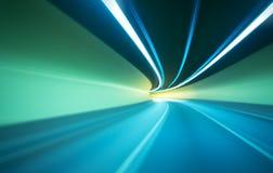 Auto, das in Tunnel sich bewegt Stockfotos