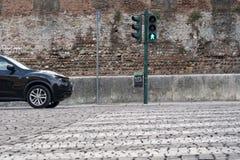 Auto, das vor einem Zebrastreifen wartet Lizenzfreie Stockbilder