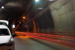 Auto, das vorbei in einen Tunnel unter die Berge überschreitet Trollaskagi-Halbinsel, Island lizenzfreie stockfotografie