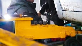 Auto in de autodienst die voor het herstellen, schuif opheffen Stock Afbeeldingen