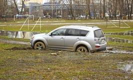 Auto in de modder wordt geplakt die Royalty-vrije Stock Foto's