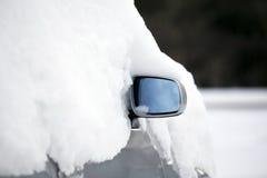 Auto in de sneeuw. stock foto