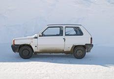 Auto in de sneeuw Stock Afbeeldingen