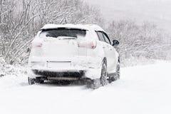 Auto in de sneeuw royalty-vrije stock afbeelding