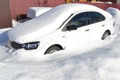 Auto in de sneeuw Stock Fotografie