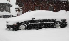 Auto in de sneeuw wordt behandeld die royalty-vrije stock afbeeldingen