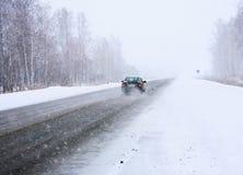 Auto in de winter op manier Stock Foto's