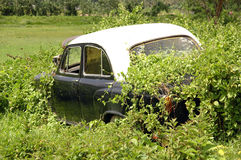 Auto in den Ruinen stockfotografie