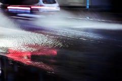 Auto in der Bewegung während des starken Regens und des Wassers spritzt Unscharfe Ansicht Lizenzfreie Stockbilder
