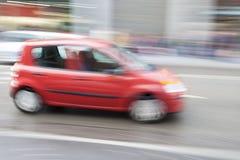 Auto in der Bewegungsunschärfe, Autoin Stadt schnell fahren Stockfotografie