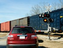 Auto an der Eisenbahnüberfahrt Stockbild