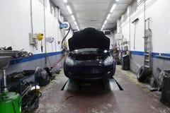 Auto in der Garage Stockbild