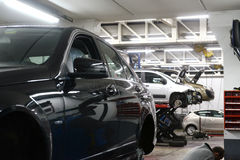 Auto in der Garage Lizenzfreie Stockfotos