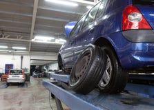 Auto in der Garage Stockfotografie