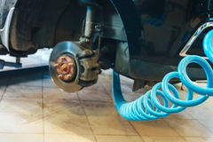 Auto in der Garage des Autoreparaturservice-Shops mit spezieller Reparaturausrüstung Stockfotos