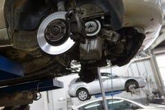 Auto in der Garage mit der speziellen Ausrüstung vorbereitet Stockfotos