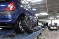 Auto in der Garage mit der speziellen Ausrüstung vorbereitet Lizenzfreie Stockbilder