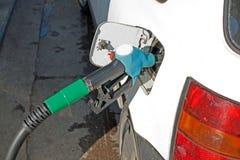 Auto an der Gaspumpe Lizenzfreie Stockbilder