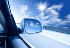 Auto an der hohen Geschwindigkeit lizenzfreies stockfoto