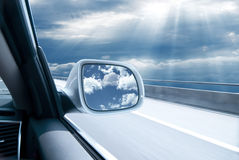 Auto an der hohen Geschwindigkeit lizenzfreie stockfotos
