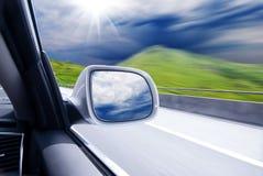 Auto an der hohen Geschwindigkeit stockfotos