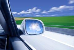 Auto an der hohen Geschwindigkeit lizenzfreies stockbild