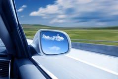 Auto an der hohen Geschwindigkeit stockfotografie
