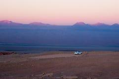 Auto in der Mitte der Wüste Lizenzfreies Stockfoto