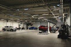 Auto in der Reparatur in der Garage Lizenzfreie Stockfotos