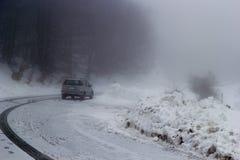 Auto in der Straße mit Schnee Lizenzfreies Stockbild