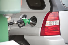 Auto an der Tankstelle Lizenzfreie Stockfotos