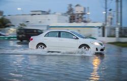 Auto in der Wasserüberschwemmung Stockbild