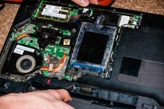 Auto-desmontagem de um portátil, eletrônica, reparo do portátil, mãos masculinas fotografia de stock royalty free