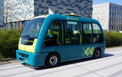 Auto di Parkshuttle che conduce bus a Rotterdam, Paesi Bassi fotografia stock libera da diritti