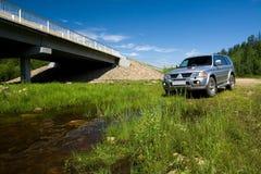 Auto dichtbij de rivier royalty-vrije stock afbeelding